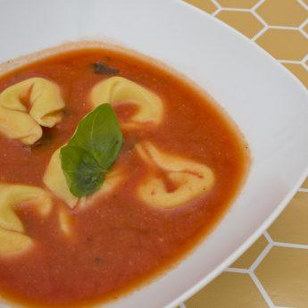 Krémes paradicsomleves tortellinivel recept