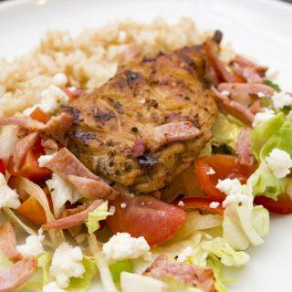 Grillezett csirkemell baconos juhtúrós salátaágyon